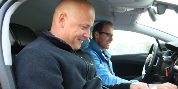 Glückliche Gesichter beim Road-Trip Start