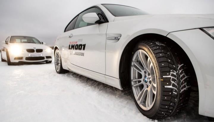 BMW M3 E92 quer auf Schnee