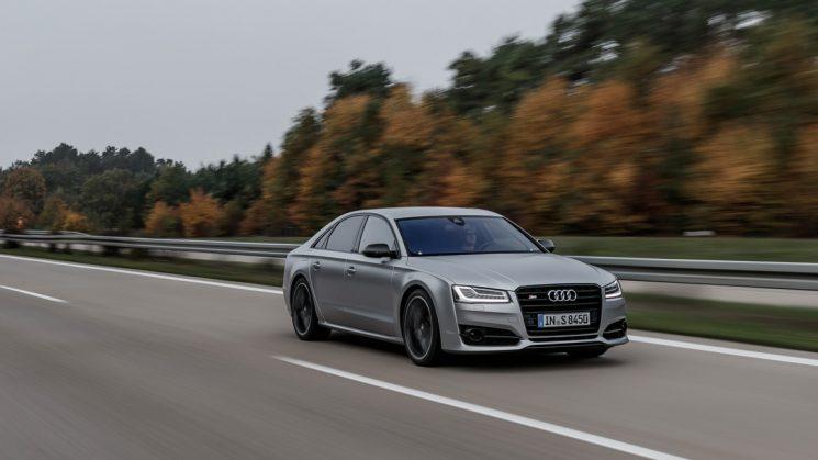 Audi S8 plus Florettsilber auf der Autobahn