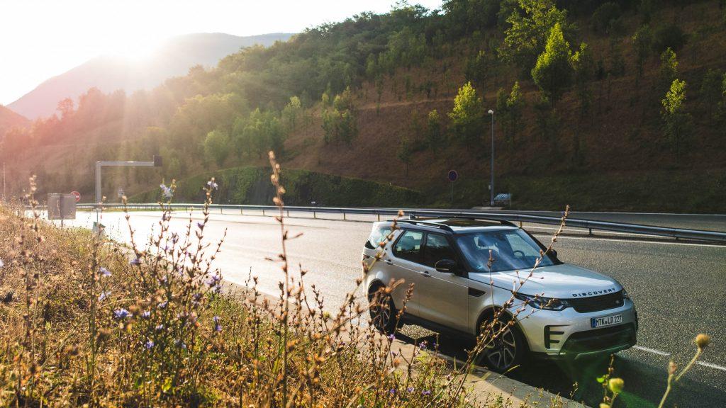 Das erste Licht nach einer finsteren Fahrt - Land Rover Discovery