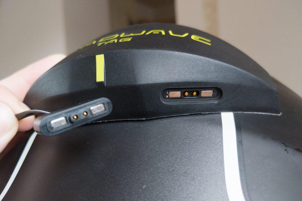 Headwave Tag wird per proprietärem, magnetischem Stecker geladen