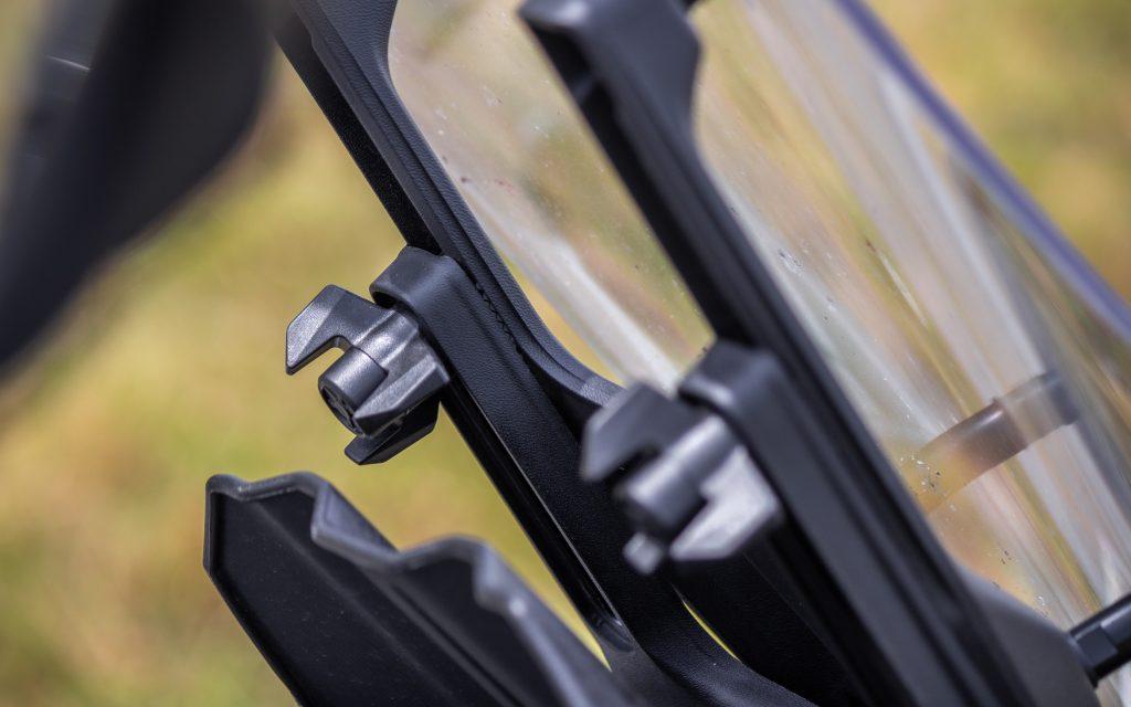 Das Windschild ist serienmäßig, wie auch in der größeren Variante aus dem Zubehör (190 Euro), wie hier montiert, in der Höhe einstellbar. Allerdings müssen dafür die beiden Handschrauben gelöst werden.