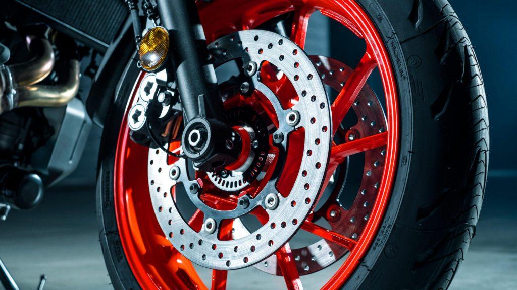 Größere 298mm-Doppelscheiben-Bremsanlage