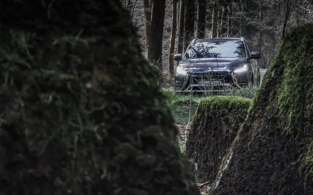 Mitsubishi Outlander PHEV vor Drachenzähnen