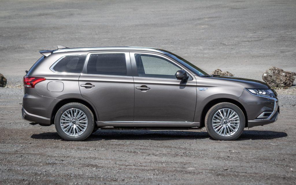 """Seitenansicht Mitsubishi Outlander Plug-in-Hybrid """"TOP"""" in Platinum-Grau-Metallic"""