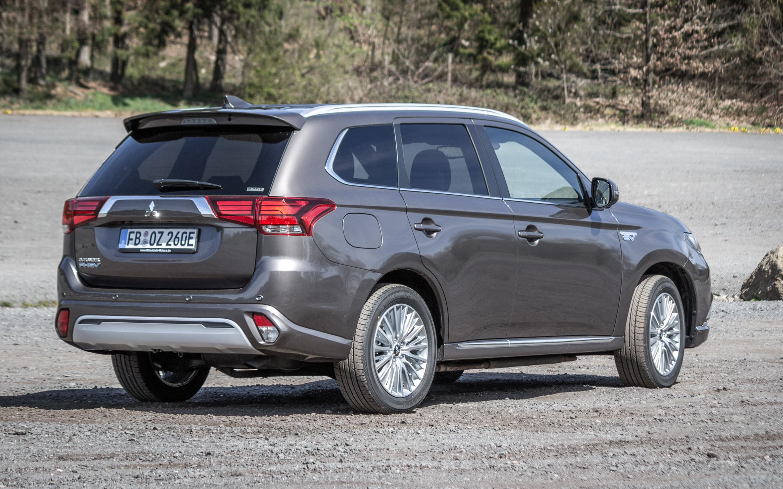 "Heckansicht Mitsubishi Outlander Plugin-Hybrid ""TOP"" in Platinum-Grau-Metallic"